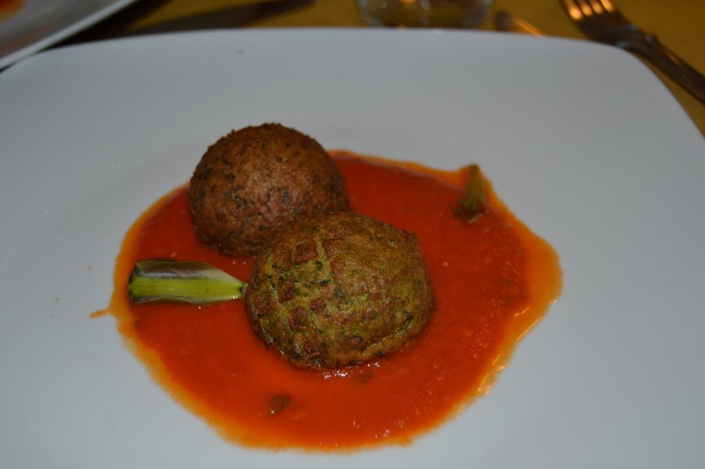 8. Antipasto_Polpette con grespino e ricotta su un letto di salsa  di pomodoro alla piantaggine