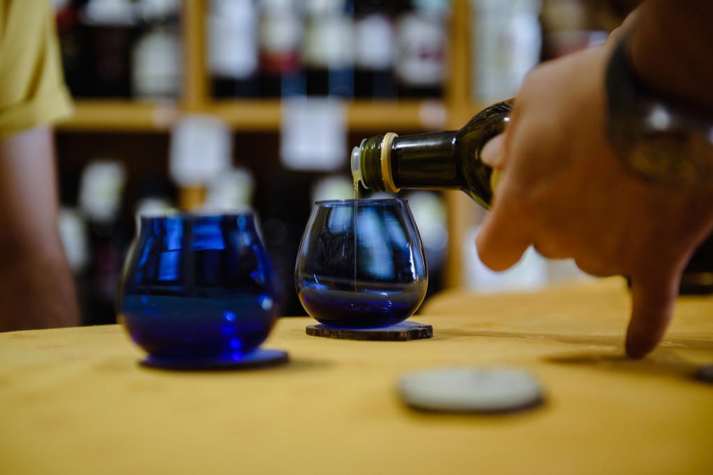 Alla scoperta dei prodotti tipici della cucina pugliese: degustazione dell'oro di Puglia, l'olio extravergine di oliva