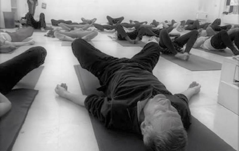 Gli esercizi di Bioenergetica sono esercizi di percezione corporea e di espressione emotiva che consentono di riconoscere e di sciogliere le tensioni muscolari/emotive,